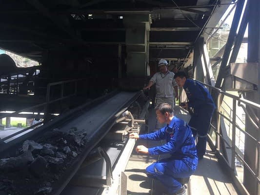 Anh em phòng điện HLie khảo sát hệ thống cân clinker cho nhà máy Xi măng